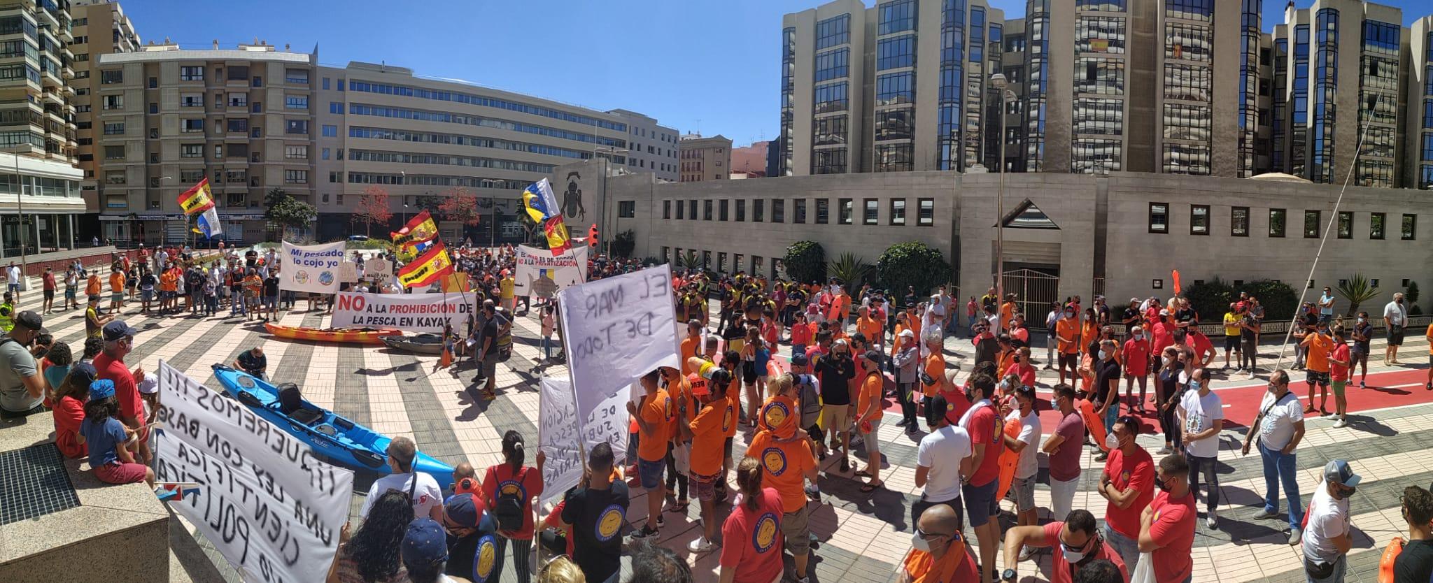 Concentración 9 de Mayo en la ciudad de Las Palmas, exposición de Orlado Millares representante de la Asociación ASENPER, en contra del Real Decreto.