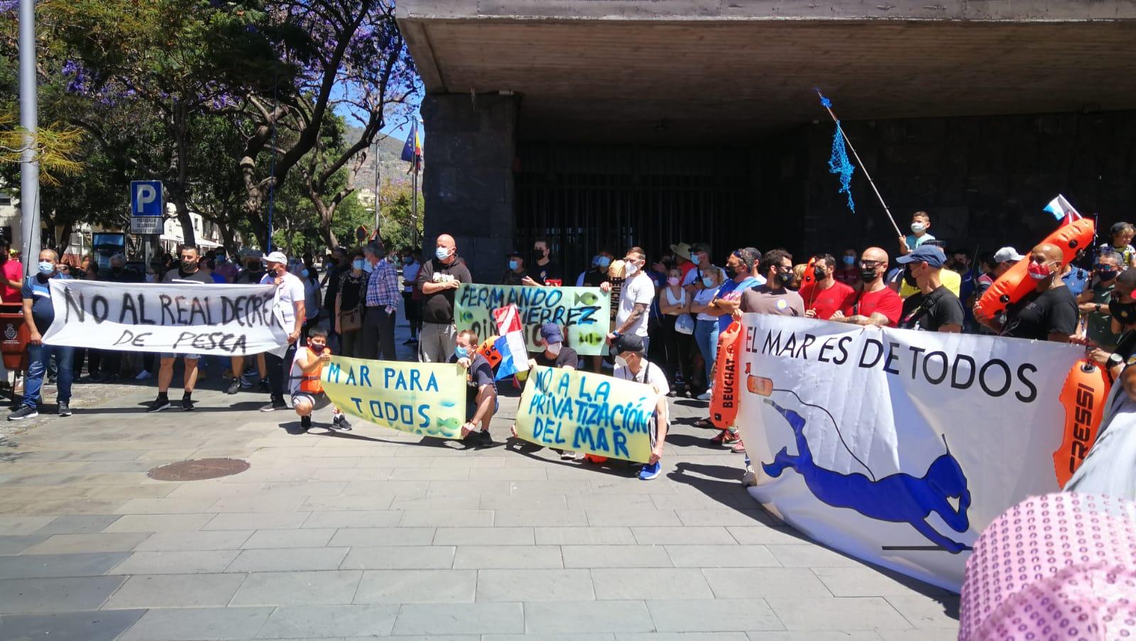 Concentración de los pescadores recreativos el 9 de Mayo en Santa Cruz de Tenerife, en contra del Real Decreto.